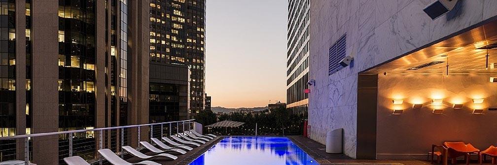 ロサンゼルスにあるトップバーつきホテル