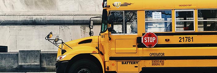 スクールバスに注意