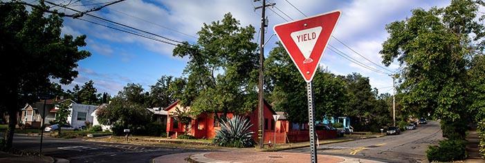 標識「YIELD」の意味