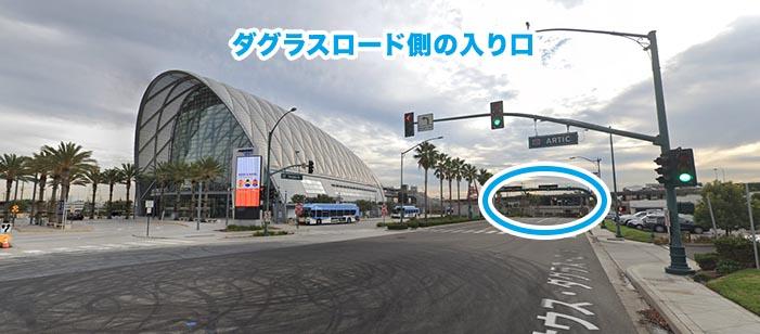 ダグラスロードから続く入り口_エンゼルスタジアムの入り口